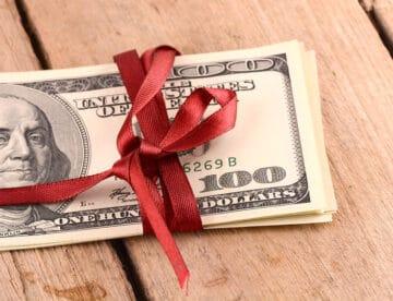 מתי קבלת מתנות היא עניין לגיטימי, מתי זו חייבת במס, ומה הסיכוי להסתבך בגללה בפלילים?